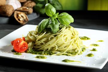 Panel Szklany Do baru pasta spaghetti con pesto tavolo grigio sfondo verde
