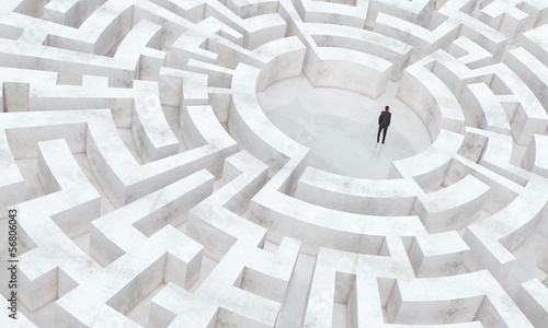 Fotografía businessman in the middle of a maze