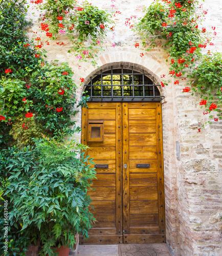 wejscie-do-domu-z-kwiatami