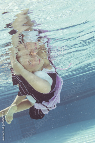 Junge Frau im Dirndl Unterwasser Canvas Print