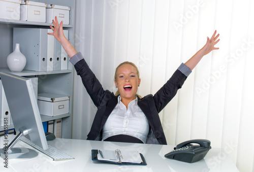 erfolgreiche Frau im Büro Canvas-taulu