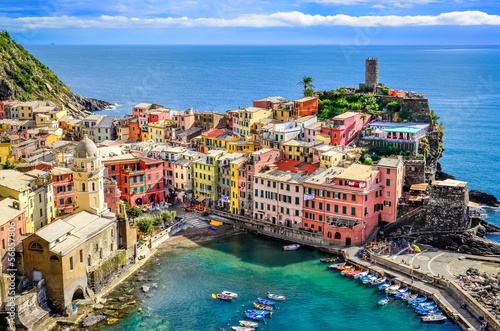 Poster Ligurie Scenic view of ocean and harbor in colorful village Vernazza
