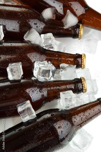 piwne-butelki-w-kostkach-lodu-zamykaja-up