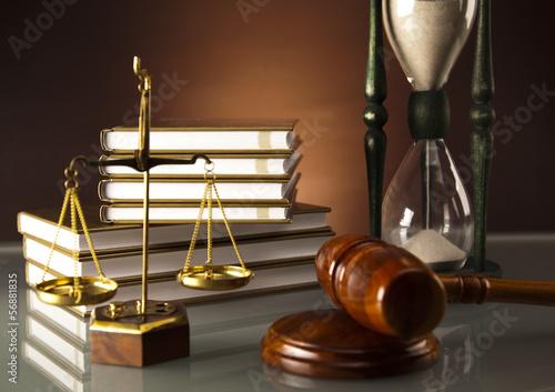 drewniany-mlotek-i-ksiazka-klepsydra-prawna