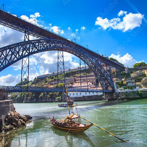 oporto-lub-porto-skyline-rzeki-douro-lodzi-i-mostu-portugalia