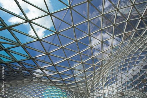 nowoczesny-budynek-ze-szkla-i-stali-w-warszawie