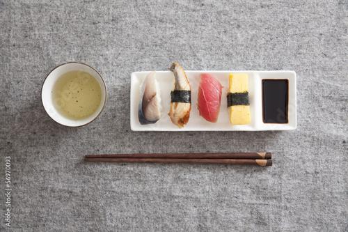 Obrazy do kuchni   japonskie-sushi-jajko-tunczyk-wegorz-miecznik-zielona-herbata