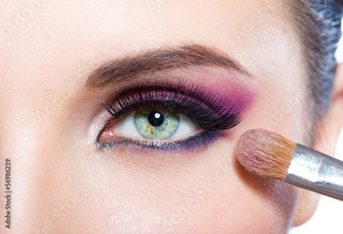 zakonczenie-dziewczyna-stosuje-jaskrawego-rozowego-makeup-na-oku-z-musnieciem-up