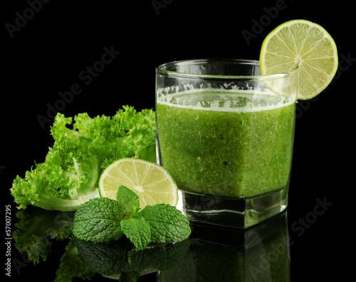 szklo-zielony-sok-jarzynowy-i-wapno-odizolowywajacy-na-czerni