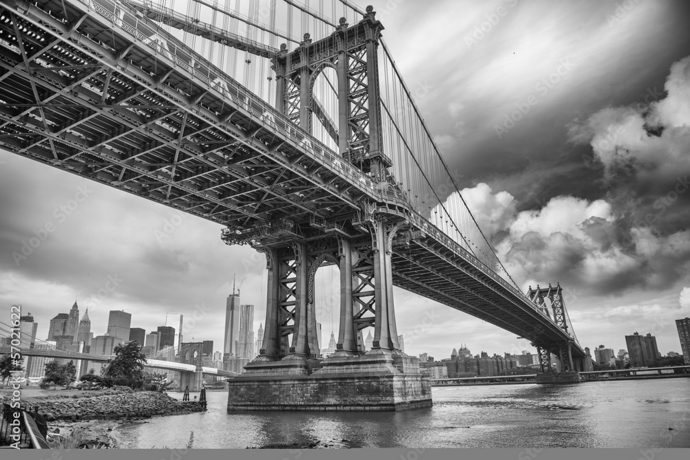 Fototapeta The Manhattan Bridge, New York City. Awesome wideangle upward vi