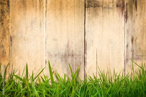 stare-drewniane-deski-z-zielona-trawa-z-przodu