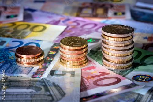 Fotografia  coins chart on euro banknotes