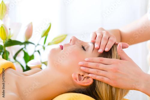Photo  Wellness - woman getting head massage in Spa