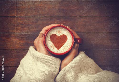 kobieta-trzyma-filizanke-goracej-kawy-o-ksztalcie-serca