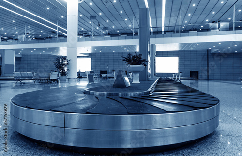 Foto op Aluminium Luchthaven Single suitcase alone on airport carousel