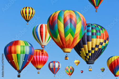 Poster Montgolfière / Dirigeable colorful hot air balloons against blue sky