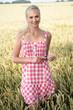 canvas print picture Junge Frau in einem Kornfeld