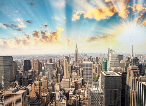 Oszałamiający zachód słońca w Nowym Jorku. Widok na panoramę Manhattanu
