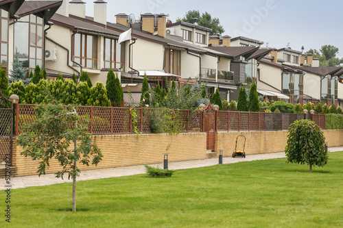 Foto op Plexiglas Stadion luxury house with nicely trimmed and landscaped front yard lawn