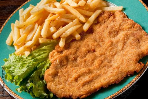 Fotografía  cotoletta alla milanese con patate fritte