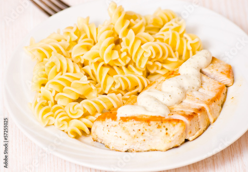 Fotografía  chicken breast with Fusilli pasta