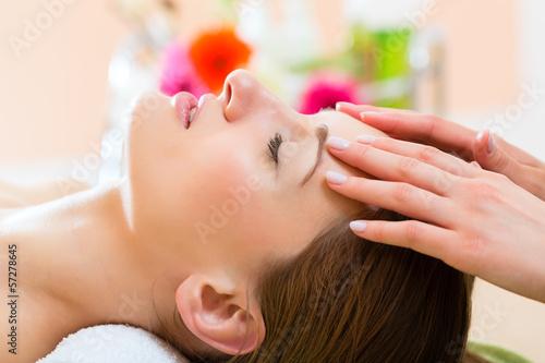 Fotografia  Wellness - woman getting head massage in Spa