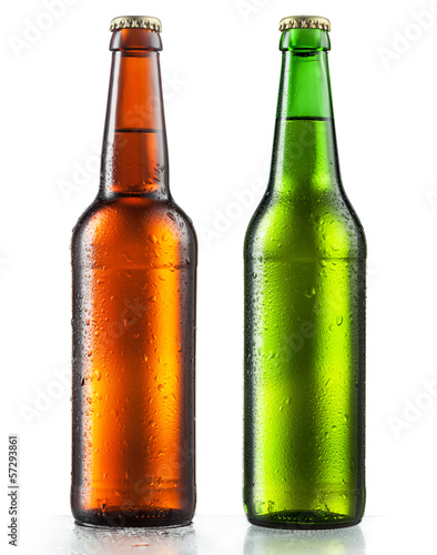 Photo  Bottles of beer with water drops on white background