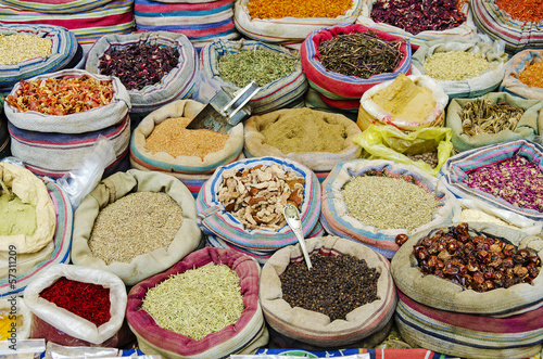 Poster Moyen-Orient mixed spices in market of cairo egypt