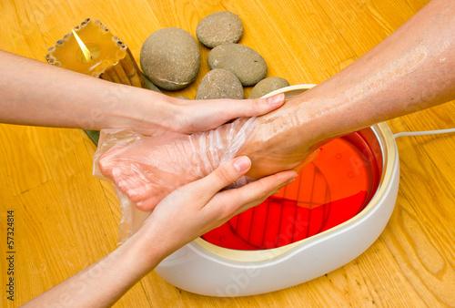 Carta da parati woman foot in paraffin bath at the spa