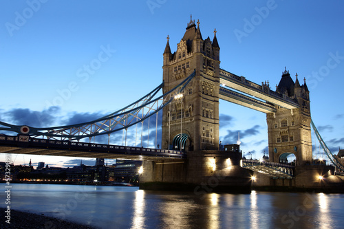 Poster Londres Famous and Beautiful Evening View of Tower Bridge, London, UK