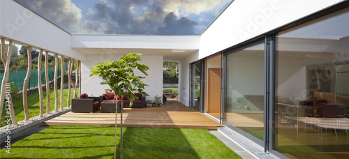 Fotografia new modern home with privat garden and terrace