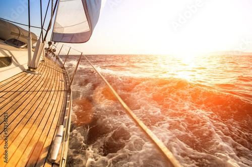 Jacht żaglowy przed zachodem słońca. Luksusowe jachty.