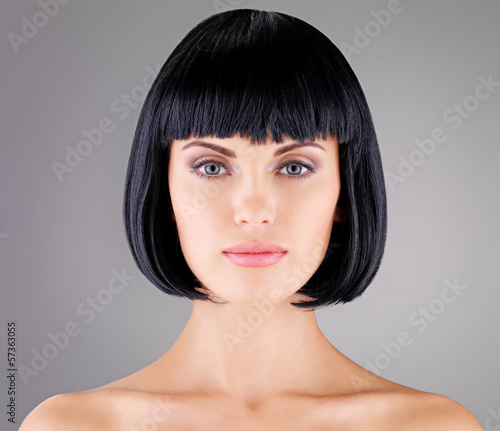 Photo  Beautiful woman with shot hairstyle