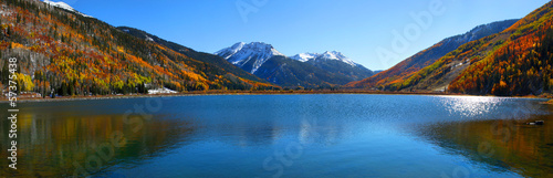 Keuken foto achterwand Bergen Panoramic view of beautiful crystal lake in Colorado