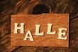 das Wort HALLE auf Holztafel