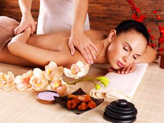 Obraz na płótnie Canvas Masseur doing massage on woman body in spa salon