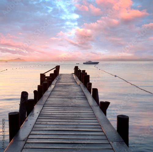 Naklejka premium stare drewniane molo nad Morzem Śródziemnym