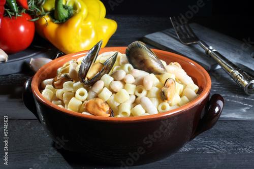 Vászonkép pasta e fagioli con cozze sfondo grigio