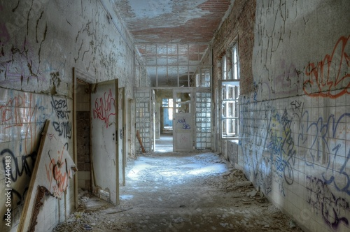 Foto auf Leinwand Altes Beelitz-Krankenhaus Alter Korridor der Heilstätten in Beelitz