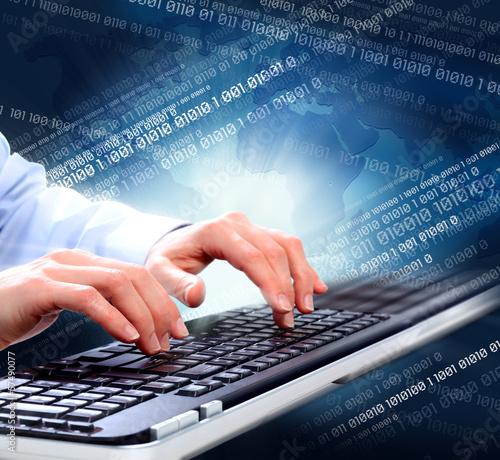 rece-z-klawiatura-komputera