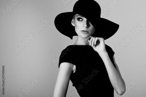 portret-eleganckiej-kobiety-w-czarno-bialym-kapeluszu