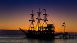 Segelschiff bei Sonnenuntergang