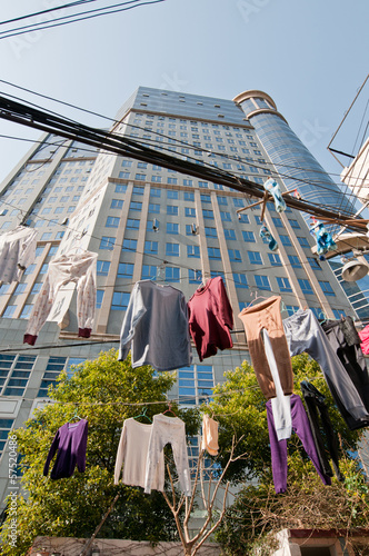 Photo  clothes drying on lines on small courtyard in Shanghai