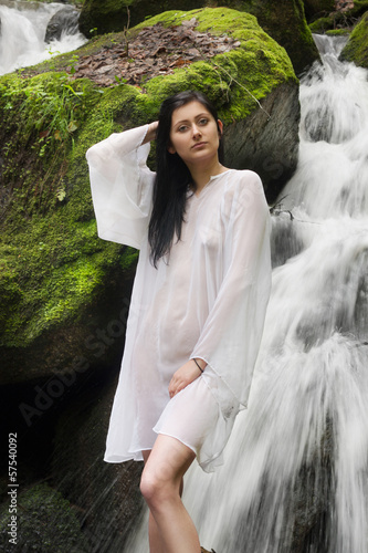 Obraz Kobieta przy wodospadzie - fototapety do salonu