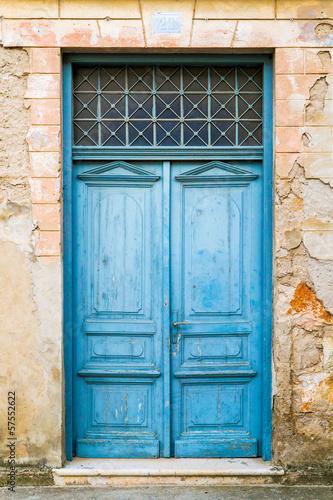 Fototapeta drzwi   starzy-nieociosani-drewniani-drzwi-malujacy-w-blekicie