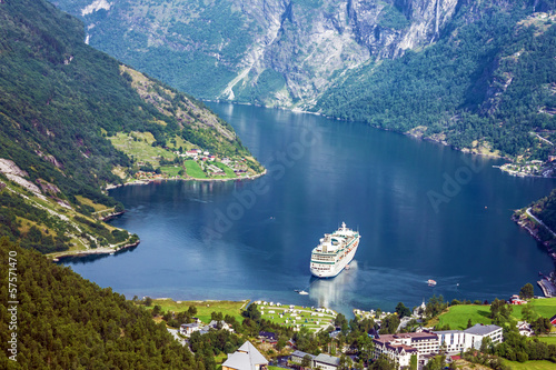 Stickers pour porte Europe du Nord Cruise ship into Geiranger port, Norway.
