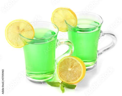 dwie-przezroczyste-filizanki-zielonej-herbaty-z-mieta-i-cytryna-na-bialym-tle