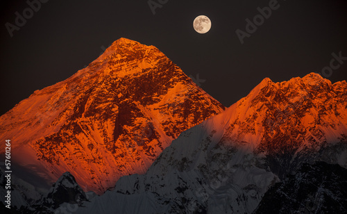Photo Peak Everest at sunset in a full moon.