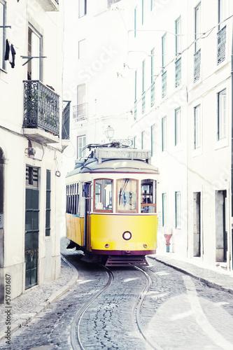 zolty-antyczny-tramwaj-na-ulicach-lisbon-portugalia