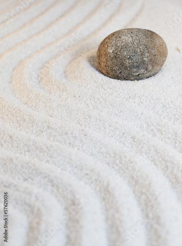 Photo sur Plexiglas Zen pierres a sable pierre naturelle dans sable fin